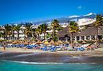Spanien, Kanarische Inseln, Teneriffa, Playa de las Americas: Strand - im Hintergrund der schneebedeckte Pico del Teide | Spain, Canary Islands, Tenerife, Playa de las Americas: beach - snow covered Pico del Teide in the background