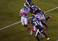 running back Saquon Barkley (26) of the New York Giants wird von linebacker Nate Gerry (47) of the Philadelphia Eagles gestoppt - 09.12.2019: Philadelphia Eagles vs. New York Giants, Monday Night Football, Lincoln Financial Field
