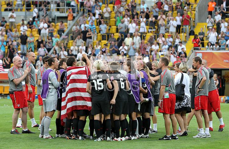 Dresden , 100711 , FIFA / Frauen Weltmeisterschaft 2011 / Womens Worldcup 2011 , Viertelfinale ,  .Brasilien (BRA) gegen USA  .Schlussjubel USA nach dem Einzug ins Halbfinale nach Elfmeterschiessen .Foto:Karina Hessland .