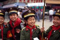 China, Luoyang, Kinder in Soldatenuniform