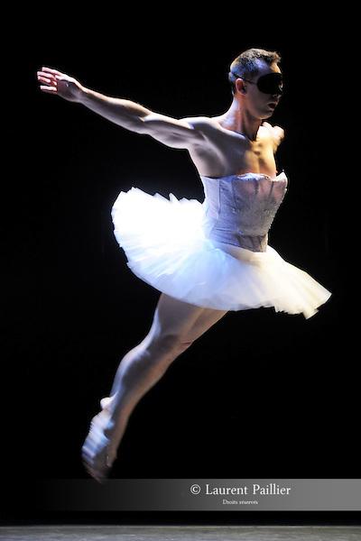 """EMILIO<br /> Emilio Urbina dans """"Encor"""" de Catherine Diverrès<br /> Théâtre national de Chaillot, Paris, le 17/11/2010"""