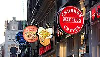 Nederland  Amsterdam-  2020.  Snacks te koop op de Wallen.  Foto : ANP/ HH / Berlinda van Dam