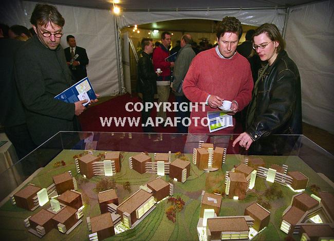 Nijmegen , 030400  foto : Koos Groenewold / APA foto<br />Belangstellenden kijken naar de maquettes van het Limos terrein in Nijmegen.<br /><br />VERHAAL JOOST ZWAGA / APA REDAKTIE