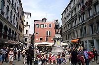 Plazzetta del Lioni crowds in Venice Ital
