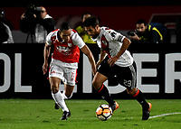 BOGOTÁ - COLOMBIA, 03-05-2018: Anderson Plata (Izq.) jugador de Independiente Santa Fe disputa el balón con Leonardo Ponzio (Der.) jugador de River Plate, durante partido entre Independiente Santa Fe (COL) y River Plate (ARG), de la fase de grupos, grupo D, fecha 5 de la Copa Conmebol Libertadores 2018, jugado en el estadio Nemesio Camacho El Campin de la ciudad de Bogota. / Anderson Plata (L) player of Independiente Santa Fe vies for the ball with Leonardo Ponzio (R) player of River Plate, during a match between Independiente Santa Fe (COL) and River Plate (ARG), of the group stage, group D, 5th date for the Conmebol Copa Libertadores 2018 at the Nemesio Camacho El Campin Stadium in Bogota city. Photo: VizzorImage  / Luis Ramírez / Staff.