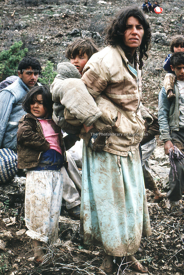 Irak 1991  Femme avec ses enfants a la frontière turque   Iraq 1991  Woman and her children near the Turqish border
