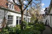 Nederland Leiden - 2021. Het Sint Pieters- of van der Speckhofje in de binnenstad van leiden.  Foto ANP / Hollandse Hoogte / Berlinda van Dam