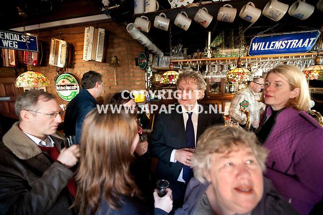 Arnhem, 190109<br /> Eberhard van der Laan bezocht vandaag Klarendal. In cafe Simmers, de huiskamer van Klarendal dronk hij een biertje met wijkbewonders. Rechts in beeld burgermeester Krikke.<br /> Foto: Sjef Prins - APA Foto