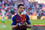 Luis Alberto Suarez Diaz of FC Barcelona poses with the La Liga's Player of the Month award for October prior to the La Liga 2018-19 match between FC Barcelona and Real Betis at Camp Nou, on November 11 2018 in Barcelona, Spain. Photo by Vicens Gimenez / Power Sport Images