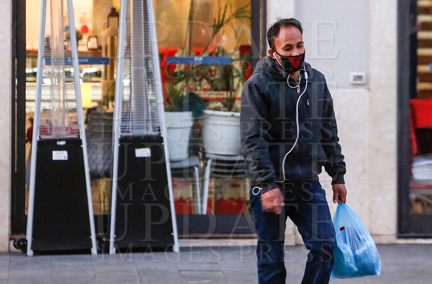A man wears a mask to protect himself from the Covid-19 in Rome, Italy, March 10, 2020. <br /> UPDATE IMAGES PRESS/Riccardo De Luca