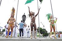 ATENÇAO EDITOR  FOTO EMBARGADA PARA VEICULOS INTERNACIONAIS   - RIO DE JANEIRO 20 DE NOVEMBRO 2012 - HOMENAGEM DE PELO DIA DE ZUMBI DE PALMARES - Nesta manha de terça (20) grandes homenagem a Zumbi de Palmares enfrente a estatua situada na avenida Presidente Vargas no centro da capital fluminense.  <br /> BATERIA E PASSISTA DA UNIDOS DE VILA ISABEL<br /> FOTO RONALDO BRANDAO / BRAZIL PHOTO PRESS