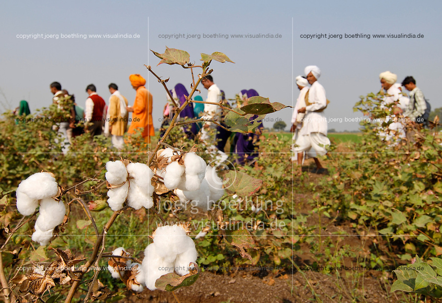 INDIA Madhya Pradesh , biodynamic organic cotton project bioRe in Kasrawad , farmers school and training on crop rotation, inter cropping etc / INDIEN Madhya Pradesh , bioRe Projekt fuer biodynamischen Anbau in Kasrawad , Farmer Schulung zum Thema Fruchtfolge
