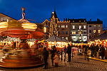 Italien, Suedtirol (Trentino - Alto Adige), Brixen: Weihnachtsmarkt mit Kinderkarussell auf dem Domplatz vor dem Rathaus | Italy, South Tyrol (Trentino - Alto Adige), Bressanone: christmas market with merry-go-round and townhall at Piazza Duomo