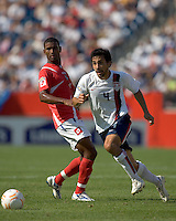 Pablo Mastroeni (United States, white) accelerates to retrieve a loose ball. The United States defeated Panama, 2-1, in the quarterfinals of the CONCACAF Gold Cup, in Gillette Stadium, June 16, 2007.