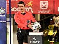 BOGOTA - COLOMBIA, 15-11-2020: Jorge Guzman, arbitro durante partido entre Millonarios F. C. y Alianza Petrolera de la fecha 20 por la Liga BetPlay DIMAYOR 2020 jugado en el estadio Nemesio Camacho El Campin de la ciudad de Bogota. / Jorge Guzman, referee during a match between Millonarios F. C. and Alianza Petrolera of the 20th date for the BetPlay DIMAYOR League 2020 played at the Nemesio Camacho El Campin Stadium in Bogota city. / Photo: VizzorImage / Luis Ramirez / Staff.