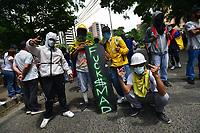 CALI - COLOMBIA, 08-05-2021: Manifestantes y habitantes del sector de La Portada en Cali Colombia se congregaron hoy, 08 mayo de 2021, durante el onceavo día de protestas del Paro Nacional convocado por la reforma tributaria y de la salud que adelanta el gobierno de Ivan Duque además de la precaria situación social y económica que vive Colombia. Durante el día se presentaron bloqueos intermitentes y además recibieron el apoyo de la Minga Indígena. El paro fue convocado por sindicatos, organizaciones sociales, estudiantes y la oposición y sumando el día del trabajo lleva 11 días de marchas y protestas. / Protesters and inhabitants of the La Portada sector in Cali Colombia gathered today, May 08, 2021, during the eleventh day of protests of the National Strike called for the tax and health reform carried out by the government of Ivan Duque in addition to the precarious situation social and economic life in Colombia. During the day there were intermittent blockades and they also received the support of the Indigenous Minga. The strike was called by unions, social organizations, students and the opposition and adding up to Labor Day it has been 11 days of marches and protests . Photos: VizzorImage / Gabriel Aponte / Staff