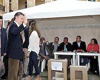 BOGOTÁ -COLOMBIA. 09-03-2014. Juan Manuel Santos, presidente de Colombia saluda a los periodistas después de ejercer su derecho al voto al inicio de las elecciones parlamentarias en Bogotá, Colombia, hoy 9 de marzo de 2014. Los colombianos elegirán por voto directo en las urnas 102 nuevos miembros del Senado de la República, 166 representantes a la Cámara de Representantes y 5 representantes al Parlamento Andino. / Juan Manuel Santos, president of Colombia, waves to journalist after he exerts his right to vote at the beginning of the parliamentary elections in Bogota, Colombia, today March 9, 2014. Colombians will elect by direct vote at the polls 102 new members of the Senate, 166 representatives to the House of Representatives and five representatives to the Andean Parliament. Photo: VizzorImage/ Luis Ramirez / Staff.