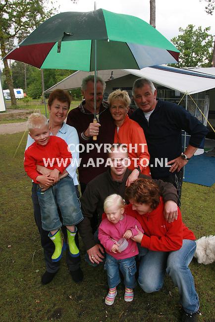 beekbergen 230506 de familie Merode houdt het maar net vol in het slechte weer op camping Liederholt.<br />foto frans ypma APA-foto