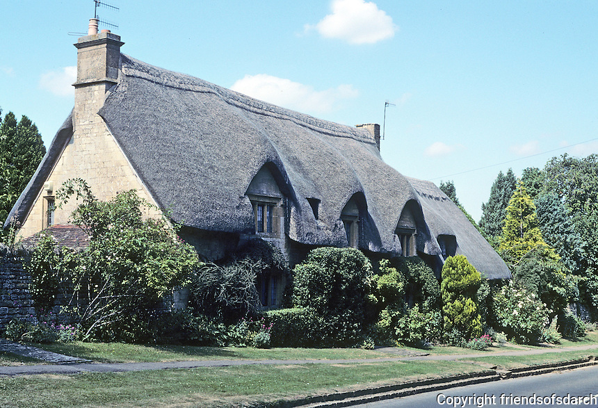 Chipping Campden: Large, beautiful thatched houses of indeterminate age. Photo '05.