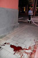 Blod på gaten etter at en mann ble slått ned. Stig Gaustad og Morten Haukeland fra Sentrum Politistasjons etteretningsavdeling følger med på utelivet i Oslo sentrum. . (Foto:Fredrik Naumann/Felix Features)