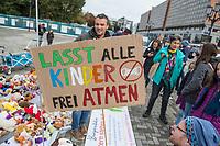 """Mit Plueschtieren als Symbol fuer eine angebliche """"pysiche und psychische Schaedigung unsere Kinder durch die Corona-Maßnahmen"""" protestierten Corona-Leugner und Impfgegner unter dem Motto """"Haende weg von unseren Kinder"""" am Montag den 19. Oktober 2020 in Berlin. Dabei wurden Schilder mit der Aufschrift """"Ihr seid Verbrecher, Finger weg von unseren Kindern"""", """"Nur die Coronaregeln machen unsere Kinder krank"""" und """"Maske ist Folter"""" gehalten. Manche der Kuscheltiere hatten eine Maske mit dem Spruch """"I can't breath"""" der antirassistischen Blick Lives Matter-Bewegung um.<br /> Im Bild: Ein Teilnehmer haelt ein Schild """"Lasst alle Kinder frei atmen"""".<br /> 19.10.2020, Berlin<br /> Copyright: Christian-Ditsch.de"""