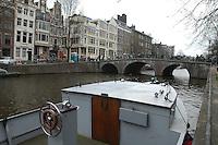 AMSTERDAM-HOLANDA. Bote en uno de los canales que recorren el centro de la ciudad. Boat in one of the water canals in the city. Photo: VizzorImage/STR