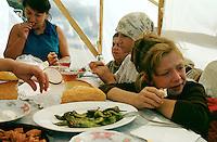 Nach dem Erdbeben im August in der Tuerkei leben tausende Menschen in Zeltlagern und Behilfszelten.<br /> Da staatliche Hilfe nur zoegernd oder gar nicht kommt, haben sich die Bewohner der schwer getroffenen Ortschaft Altmis Evler selber daran gemacht halbwegs winterfeste Unterkuenfte zu bauen.<br /> Hier: Familie Usunoglu beim Mittagessen. Das Monatseinkommen des Vaters liegt bei nur 100 bis 120 Millionen Lira (400 - 480 DM). Eine vom Staat errichtete Notbarracke wurde der Familie fuer 200 Millionen Lira zur Miete angeboten.<br /> 14.10.1999, Altmis Evler/Tuerkei<br /> Copyright: Christian-Ditsch.de<br /> [Inhaltsveraendernde Manipulation des Fotos nur nach ausdruecklicher Genehmigung des Fotografen. Vereinbarungen ueber Abtretung von Persoenlichkeitsrechten/Model Release der abgebildeten Person/Personen liegen nicht vor. NO MODEL RELEASE! Nur fuer Redaktionelle Zwecke. Don't publish without copyright Christian-Ditsch.de, Veroeffentlichung nur mit Fotografennennung, sowie gegen Honorar, MwSt. und Beleg. Konto: I N G - D i B a, IBAN DE58500105175400192269, BIC INGDDEFFXXX, Kontakt: post@christian-ditsch.de<br /> Bei der Bearbeitung der Dateiinformationen darf die Urheberkennzeichnung in den EXIF- und  IPTC-Daten nicht entfernt werden, diese sind in digitalen Medien nach §95c UrhG rechtlich geschützt. Der Urhebervermerk wird gemaess §13 UrhG verlangt.]
