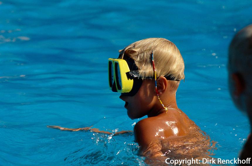 Bulgarien, Sonnenstrand, Kind im Swimming-Pol