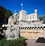 Monaco, Monte-Carlo: Prince's Palace of Monaco and statue | Monaco, Stadtteil Monte-Carlo: Fuerstenpalast der Grimaldis