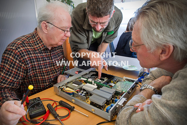 Apeldoorn, 060311<br /> Het repaircafe bezoekt Apeldoorn. Iets te repareren? Het wordt door vrijwilligers gemaakt. Met een gezellig cafe in de achtergrond wordt een cd speler gerepareerd. <br /> Foto: Sjef Prins - APA Foto