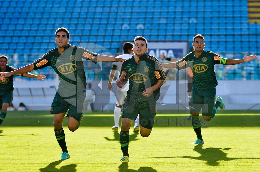 ATENÇÃO EDITOR: FOTO EMBARGADA PARA VEÍCULOS INTERNACIONAIS - BARUERI, SP, 17 DE JANEIRO DE 2013 - COPA SÃO PAULO DE FUTEBOL JUNIOR - PALMEIRAS x VELO CLUBE: Chico (c) comemora gol durante partida Palmeiras x Velo Clube, válida pelas oitavas de final da Copa São Paulo de Futebol Junior, disputado na Arena Barueri. FOTO: LEVI BIANCO - BRAZIL PHOTO PRESS
