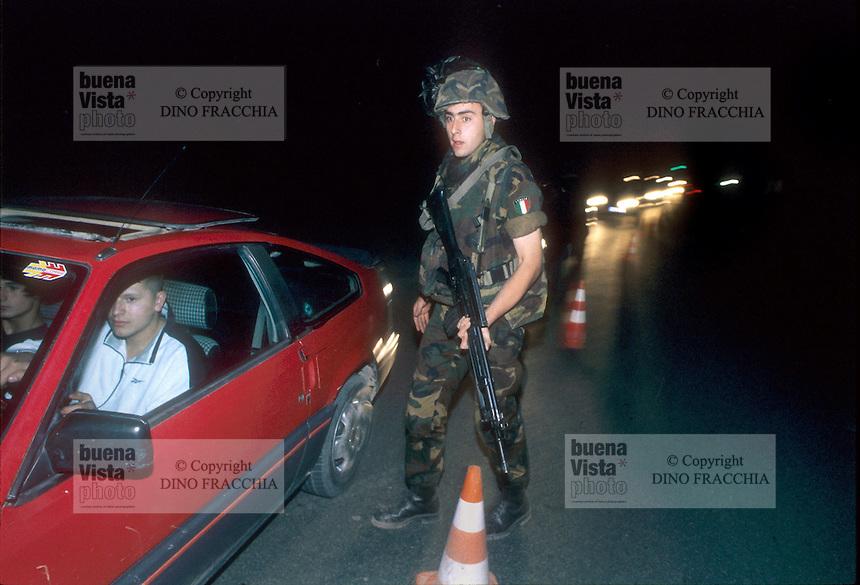 - Kosovo, night patrol of Italian bersaglieri soldiers in the outskirtses of Pec, support to international UN police ....- Kossovo, pattuglia notturna dei bersaglieri italiani nei dintorni di Pec, in appoggio alla polizia internazionale ONU