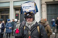 """Ca. 70 Menschen protestierten am Mittwoch den 2. Dezember 2020 in Berlin vor Medienhaeusern gegen die ihrer Meinung nach, unausgewogene Berichterstattung ueber die Proteste von Coronaleugnern und forderten, dass sie und als Coronaleugner bekannte Aerzte als Experten in Talkshows eingeladen werden.<br /> Im Bild: Ein Demonstrant mit einer Kuehtasche der Biermarke """"Corona"""" auf dem Kopf.<br /> 2.12.2020, Berlin<br /> Copyright: Christian-Ditsch.de"""