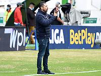 TUNJA - COLOMBIA, 23-10-2021: Juan David Niño técnico de Patriotas gesticula durante partido por la fecha 15 de la Liga BetPlay DIMAYOR II 2021 entre Patriotas Boyacá F.C. y Deportivo Pereira jugado en el estadio La Independencia de la ciudad de Tunja. / Juan David Niño coach of Patriotas gestures during match for the date 15 of the BetPlay DIMAYOR League II 2021 between Patriotas Boyaca F.C. and Deportivo Pereira played at La Independencia stadium in Tunja city. Photo: VizzorImage / Macgiver Baron / Cont