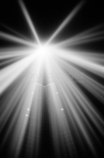 FRANCE, Paris, 4 Octobre 2008.Tour Montparnasse - Spectra.Spectra pour la lumière blanche et intense. Matrix pour le son qui chantera au gré des évolutions du public. Une double installation de l'artiste musicien japonais Ryoji Ikeda, qui rend hommage à la plus haute tour de Paris..FRANCE, Paris, October 4th 2008..Spectra for white light and intense. Matrix for the sound that will sing at the mercy of developments in the public. A double installation of the artist Ryoji Ikeda Japanese musician, which honors the highest tower in Paris..© Bruno Cogez