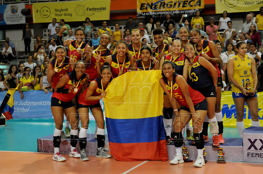CALI -COLOMBIA-19-08-2017. Jugadoras de Colombia posan como subcampeonas despues del partido de final entre Colombia (COL) y Brasil (BRA) del Campeonato Sudamericano de Voleibol Femenino realizado en el Coliseo Evangelista Mora en la ciudad de Cali, Colombia. / Players of Colombia pose as sub champions after the match between Colombia (COL) and Brazil (BRA) play the final of the Women's South American Volleyball Championship, Cali 2017 that be held at Evangelista Mora Coliseum in Cali,  Colombia.  Photo: VizzorImage / Nelson Rios / Cont