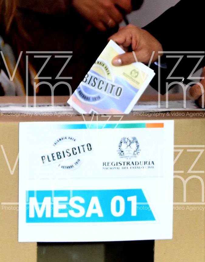 BOGOTA - COLOMBIA - 02 - 10 - 2016: Ciudadanos votan durante el Plebisto, escribiendo un nuevo capitulo en la historia del pais. Hoy los colombianos acuden a las urnas para decir SI o NO al acuerdo de Paz firmado entre el Gobierno y las Fuerzas Armadas Revolucionarias de Colombia Ejercito del Pueblo (FARC-EP) / Citizens vote for the Plebisto, writing a new chapter in the history of the country. Today Colombians go to the polls to say YES or NO to the peace agreement signed between the government and the Revolutionary Armed Forces of Colombia People's Army (FARC-EP) Photo: VizzorImage / Luis Ramirez / Staff.