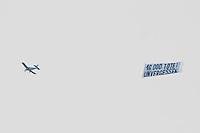 """Mehrere tausend Menschen protestierten am Samstag den 18. Januar 2014 in Magdeburg gegen eine Demonstration von ca. 700 Neonazis. Die Nazis demonstrierten in Gedenken an die Bombardierung von Magdeburg am 16.1.1945 durch die Alliierten.<br />Die Polizei verhinderte erfolgreich alle Blockadeversuche der Gegendemonstranten. Dafür waren Polizeieinheiten aus Berlin, Niedersachsen, Sachsen und Hessen nach Magdeburg beordert worden.<br />Im Bild: Ein Kleinflugzeug flog mehrere Stunden mit einem Transparent """"16.000 Tote! Unvergessen"""" ueber der Stadt.<br />18.1.2014, Magdeburg<br />Copyright: Christian-Ditsch.de<br />[Inhaltsveraendernde Manipulation des Fotos nur nach ausdruecklicher Genehmigung des Fotografen. Vereinbarungen ueber Abtretung von Persoenlichkeitsrechten/Model Release der abgebildeten Person/Personen liegen nicht vor. NO MODEL RELEASE! Don't publish without copyright Christian-Ditsch.de, Veroeffentlichung nur mit Fotografennennung, sowie gegen Honorar, MwSt. und Beleg. Konto:, I N G - D i B a, IBAN DE58500105175400192269, BIC INGDDEFFXXX, Kontakt: post@christian-ditsch.de<br />Urhebervermerk wird gemaess Paragraph 13 UHG verlangt.]"""