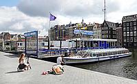 Nederland - Amsterdam-  2020. Rustig op het Damrak. Rederij Plas. Rondvaartboten liggen langs de kant.   Foto Berlinda van Dam / ANP / Hollandse Hoogte