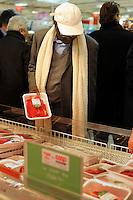 L'Unicoop Tirreno in collaborazione con l' Associazione Minareti apre un banco di prodotti con certificazione Halal all'Ipercoop Casilino, quartiere multietnico della periferia romana..Nello spazio dell'ipermercato della Coop ci sono frigoriferi con carni, indicazioni in italiano e arabo sui prodotti confezionati e depliant. .Coop supermarket, in collaboration with Association Minarets, open a corner of Halal products in the multiethnic neighborhood casilino the outskirts of Rome..The meat in refrigerators have signs in Italian and Arabic...