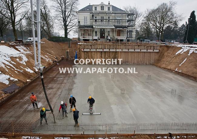 Oosterbeek, 050209<br /> Renovatie een nieuwbouw Airbornemuseum door Klaassen Groep uit Arnhem. Op de foto stort Bol Bau GmBH uit Gronau beton in het nieuwe gedeelte van het museum. <br /> Foto: Sjef Prins - APA Foto