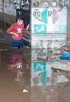 San Juan del Río, Qro.- Impresionante tromba ocurrida esta noche en el norte del municipio, provocó inundaciones en la comunidad de La Llave, además de provocar un apagón de varias horas por el efecto de la tormenta eléctrica que azotó la región, dejando a oscuras a más de 8 mil personas.<br /> <br /> Elementos del 7o Regimiento Mecanizado de La Llave acudieron en auxilio de las familias que viven a un costado de la carretera que conduce a La Valla, pues los escurrimientos y la lluvia anegaron decenas de casas. Asimismo las autoridades municipales, estatales y federales decidieron cortar, literalmente, la carretera que conduce a La Valla para que el agua pudiera fluir hacia el canal de la presa que lleva el mismo nombre de la comunidad. <br /> <br /> Otra zona afectada fue la colonia El Paraiso, ubicada a espaldas de la Ex Hacienda de La Llave, puesto que la fuerte corriente que bajaba del cerro de las minas de ópalo arrasó con las calles poniendo en riesgo a cientos de personas que habitan la popular colonia y que debieron ser desalojadas en una plataforma de un camión.<br /> <br /> La presidencia municipal informó a través de un comunicado que la lluvia duró una hora y cuarenta minutos, además, para las personas afectadas se habilitó un albergue en las instalaciones de la Ex Hacienda de la Llave pero las personas decidieron cuidar sus pertenencias y permanecieron en el lugar de los hechos.<br /> <br /> De la misma manera se abrieron el DIF municipal y el CECUCO para los evacuados que quisieran resguardarse por esta noche.<br /> Será hasta este martes cuando se de un informe de los daños ocasionados por la inusual lluvia. <br /> <br /> Foto: Demian Chávez / Agencia Colectivo Obtura