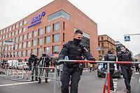 """Sogenannten """"Querdenker"""" sowie verschiedene rechte und rechtsextreme Gruppen hatten fuer den 18. November 2020 zu einer Blockade des Bundestag aufgerufen. Sie wollten damit verhindern, dass es """"eine Abstimmung ueber das Infektionsschutzgesetz"""" gibt - unabhaengig ob es diese Abstimmung tatsaechlich gibt.<br /> Bereits in den Morgenstunden versammelten sich ca. 2.000 Menschen, wurden durch Polizeiabsperrungen jedoch gehindert zum Reichstagsgebaeude zu kommen. Sie versammelten sich daraufhin u.a. vor dem Brandenburger Tor.<br /> Im Bild: Polizei sperrt vor dem ARD-Hauptstadtstudio die Strasse. In Rechten Telegram-Gruppen war zur Stuermung der ARD aufgerufen worden.<br /> 18.11.2020, Berlin<br /> Copyright: Christian-Ditsch.de"""