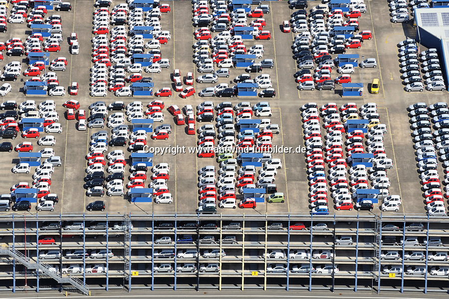 Parkdeck: EUROPA, DEUTSCHLAND, BREMERHAVEN, (EUROPE, GERMANY), 16.06.2010: Bremerhaven, Neuwagen,  warten auf Schiffstransport in das Ausland, Export, Kfz,   Reihe, warten, anstehen, Abtransport, voll, belegt, Parkplatz, Raumnot, Lager, Logistik, CO2, Benzin, Diesel, Treibstoff, Schlange, Daecher, Autoverladung,  Autos, PKW, Verladung,  Reihe, aufgereiht, Reihen, hintereinander, warten, Export, Wirtschaft, Luftbild, Luftansicht, Luftaufnahme, Auto, Absatz, Kriese, Stau,  Abwrackprämie, Abwrackpraemie, am, Ansicht, Ansichten, außen, Außenaufnahme,  aussen, Aussenaufnahme, Aussenaufnahmen, Auto, Autohersteller, Autokauf, Automarke, Automobilhersteller, Automobilindustrie, Automobilwirtschaft, Autos, BRD, Bundesrepublik, bunt, deutsch, deutsche, deutscher, deutsches, Deutschland, draußen, Draufsicht, Draufsichten, draussen, europäisch, europäische, europäischer, europäisches, Europa, europaeisch, europaeische, europaeischer, europaeisches, Fahrzeug, Fahrzeuge, General, Halde, Industrie, industriell, industrielle, industrieller, industrielles, Kfz, Kraftfahrzeug, Kraftfahrzeuge, Luftaufnahme, Luftaufnahmen, Luftbild, Luftbilder, Luftfoto, Luftfotos, Luftphoto, Luftphotos, menschenleer, Motors, Neuwagen, Neuwagenparkplatz, niemand, oben, PKW, PKWs, Parkhaus, Parkpalette, Tag, Tage, Tageslicht, tagsüber, tagsueber, Vogelperspektive, Vogelperspektiven, von, Wagen,