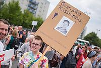 """Antifaschistische Demonstration gegen Aufmarsch von Neonazis und Hooligans.<br /> Etwa 1.000 Menschen zogen am Samstag den 30. Juli 2016 mit einer Demonstration durch Berlin um gegen einen Aufmarsch von Neonazis und Hooligans zu demonstrieren, der vom einschlaegig bekannten Neonazi-Hooligan Enrico Stubbe angemeldet war.<br /> Die Polizei hatte die Aufmarschroute der Rechten weitraeumig abgesperrt.<br /> Die antifaschistische Demonstration begann bei gemeinsam mit der Techno-Parade """"Zug der Liebe"""". Einige der Techno-Anhaenger entschieden sich spontan, an der Demonstration teilzunehmen.<br /> Im Bild: Eine Demonstrationsteilnehmerin mit einem satirischen Plakat gegen die Fraktionsvorsitzende der Linkspartei im Bundestag, Sahra Wagenknecht.<br /> 30.7.2016, Berlin<br /> Copyright: Christian-Ditsch.de<br /> [Inhaltsveraendernde Manipulation des Fotos nur nach ausdruecklicher Genehmigung des Fotografen. Vereinbarungen ueber Abtretung von Persoenlichkeitsrechten/Model Release der abgebildeten Person/Personen liegen nicht vor. NO MODEL RELEASE! Nur fuer Redaktionelle Zwecke. Don't publish without copyright Christian-Ditsch.de, Veroeffentlichung nur mit Fotografennennung, sowie gegen Honorar, MwSt. und Beleg. Konto: I N G - D i B a, IBAN DE58500105175400192269, BIC INGDDEFFXXX, Kontakt: post@christian-ditsch.de<br /> Bei der Bearbeitung der Dateiinformationen darf die Urheberkennzeichnung in den EXIF- und  IPTC-Daten nicht entfernt werden, diese sind in digitalen Medien nach §95c UrhG rechtlich geschuetzt. Der Urhebervermerk wird gemaess §13 UrhG verlangt.]"""