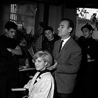 13 Décembre 1962. Vue de José Queralto qui coiffe Sylvie Vartan sous le regard des trois employés dans le salon de coiffure.