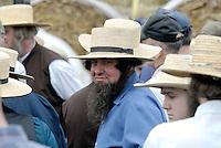 Amish Mann: AMERIKA, VEREINIGTE STAATEN VON AMERIKA,PENNSYLVANIA,  (AMERICA, UNITED STATES OF AMERICA), 13.09.2006: Amisch, Amish Mann, Familienoberhaupt, Bart, Strohhut, schlicht einfach, klarer Blick, stolz.Die Amischen sind eine christliche Religionsgemeinschaft. Sie haben ihre Wurzeln in der Taeuferbewegung des 16. Jahrhunderts. Im Jahre 1693 spalteten die Amischen sich von der Gruppe der Mennoniten ab. Heute leben sie in 26 Staaten der USA in 1.204 Siedlungen...Sie fuehren ein stark im Agrarbereich verwurzeltes Leben und sind bekannt dafuer, dass sie den technischen Fortschritt in vielen Faellen ablehnen und Neuerungen nur nach sorgfaeltiger Ueberlegung akzeptieren. Die Amischen legen groÃen Wert auf Familie, Gemeinschaft und Abgeschiedenheit von der Aussenwelt. Sie stammen ueberwiegend von suedwestdeutschen Dialektsprechern und Deutschschweizern ab und sprechen untereinander deutsche Mundart...