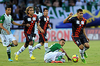 MEDELLIN - COLOMBIA-27-10-2013: Victor Cantillo (Cent.) jugador del Atletico Nacional disputa el balón con Jeyson Vargas (Der.) y Diego Chica (Izq.) jugadores de Boyaca Chico F.C. durante partido en el estadio Atanasio Girardot de la ciudad de Medellin, octubre 27 de 2013. Atletico Nacional y Boyaca Chico F.C. durante partido por la decimosexta fecha de la de la Liga Postobon II. (Foto: VizzorImage / Luis Rios / Str).  Victor Cantillo (C) player of Atletico Nacional vies for the ball with Jeyson Vargas (R) and Diego Chica (L) players of Boyaca Chico F.C. during a match at the Atanasio Girardot Stadium in Medellin city, October 27, 2013. Atletico Nacional and Boyaca Chico F.C. during a match for the sixteenth round of the Postobon II League. (Photo: VizzorImage / Luis Rios / Str).