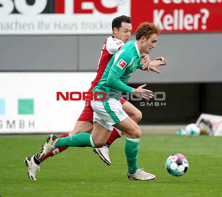 17.10.2020, Schwarzwald Stadion, Freiburg, GER, 1.FBL, SC Freiburg vs SV Werder Bremen<br /> <br /> im Bild / picture shows<br /> Josh Sargent (Bremen), Nicolas Höfler (Freiburg)<br /> <br /> Foto © nordphoto / Bratic<br /> <br /> DFL REGULATIONS PROHIBIT ANY USE OF PHOTOGRAPHS AS IMAGE SEQUENCES AND/OR QUASI-VIDEO.