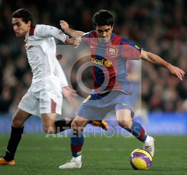 FC Barcelona's Deco (r) and Sevilla's Jesus Navas (l) during the Spanish King's Cup match between FC Barcelona and Sevilla at Nou Camp Stadium in Barcelona, January 15 2008. (ALTERPHOTOS/Acero).